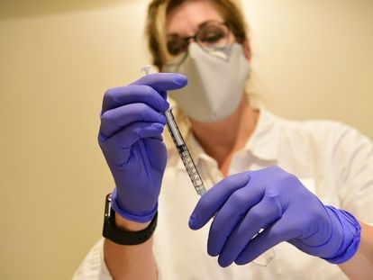 Una sanitaria prepara una jeringuilla con la vacuna de Janssen.