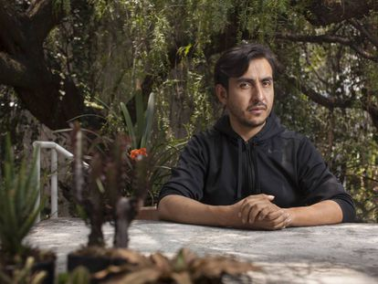 Antonio Vega, en el jardín de la galería Labor