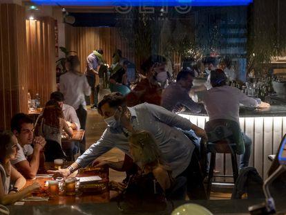 Un grupo de personas en un bar de Sevilla el pasado noviembre.