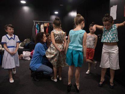 Desfile de moda infantil de mujeres de la Cañada Real en el CaixaForum.