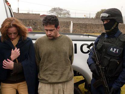 Florence Cassez e Israel Vallarta al momento de ser detenidos durante un operativo en el Rancho las Chinitas en Cuernavaca, en 2005.
