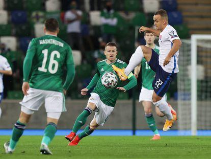 Lobotka controla el balón ante un rival de Irlanda del Norte. Eslovaquia será rival de España en la Eurocopa.