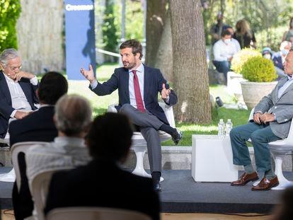 Desde la izquierda, el exministro Rafael Arias Salgado, el presidente del PP, Pablo Casado, e Ignacio Camuñas, este lunes en un curso de verano en Ávila.