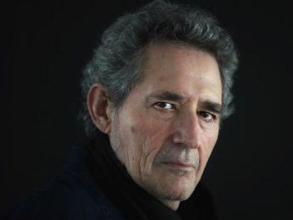 El rockero ibérico vuelve a el Teatro Real con  Symphonic Ríos  a los 74 años y confirma la sospecha de que es adicto al escenario.