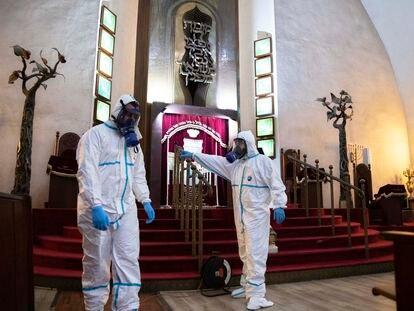 Trabajos de desinfección frente al coronavirus de la Gran Sinagoga de Tel Aviv, el martes.