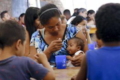 Una migrante venezolana alimenta a su bebé en la Casa de Paso Divina Providencia, un comedor comunitario en Cúcuta, del lado colombiano de la frontera.