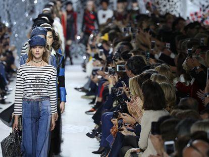 """En la colección otoño-invierno  de Dior destaca una camiseta con el siguiente mensaje:  """"¿Por qué no ha habido grandes artistas mujeres?""""."""