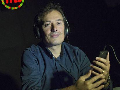 El compositor Ferran Cruixent escuchando su móvil.