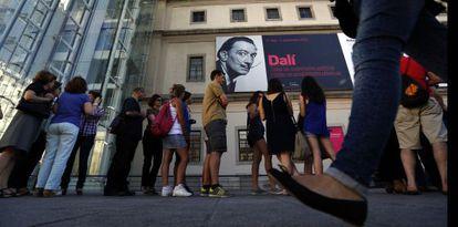 Unas 7.600 personas visitan cada día la exposición de Dalí en el Museo Reina Sofía de Madrid.