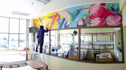 Cada sala de la unidad de Pediatría y Neonatología contiene murales con fragmentos de cuentos de los pueblos originarios huilliches, kaweskar, aymara, rapa nui, diaguita y selknam.