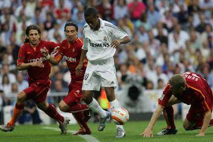 Robinho se escapa de Sergio ante Placente y Contreras.