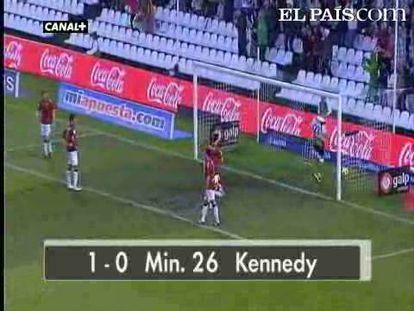 """Rosenberg y Kennedy lideran la victoria del Racing sobre un flojo Osasuna y salvan a Portugal. .<strong><a href=""""http://www.elpais.com/buscar/liga-bbva/videos"""">Vídeos de la Liga BBVA</a></strong>"""