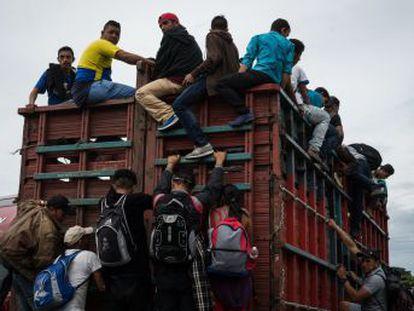 El grupo rompe la valla fronteriza del lado guatemalteco, supera el cordón policial y accede al país norteamericano
