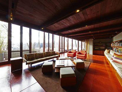 El salón a dos alturas, con garndes ventanales, es la estancia más grande de la casa Boulter, que hoy sale a la venta.  