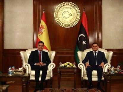 El presidente del Gobierno, Pedro Sánchez, y el primer ministro de Libia, Abdul Hamid Dbeibé, en Trípoli.