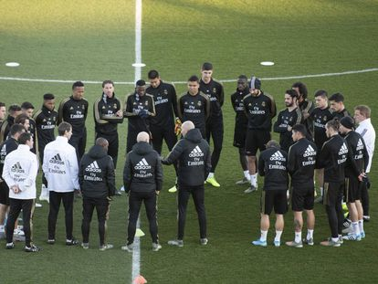 Zidane, con la plantilla madridista, antes de un entrenamiento.