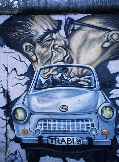 Irónica pintura sobre el célebre beso con el que el alemán Erich Honecker recibió al ruso Leonid Bréznev en 1979 .