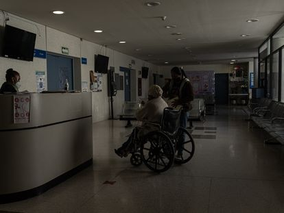 Una mujer mayor entra a consulta  en el hospital general de Atlacomulco, Estado de México el 25 de febrero.