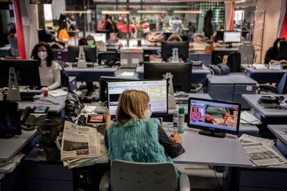 La redacción de informativos de Telemadrid. De espaldas, Lourdes Maldonado, presentadora del 'Telenoticias 1'.