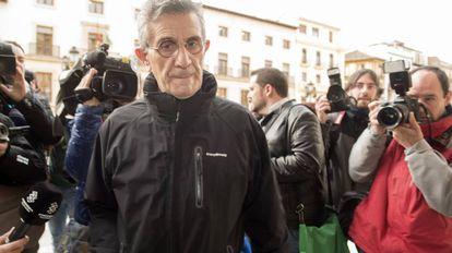 El padre Román, a su llegada a la sede de la Audiencia Provincial de Granada.