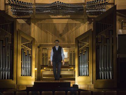 Benjamin Alard saluda desde el banco del órgano de la Sala Sinfónica del Auditorio Nacional.