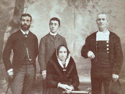 El explorador Domingo Sánchez, a la izquierda, con su hermano y sus padres.