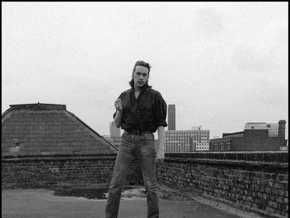 Jackie Leven en su etapa de Doll by Doll, sobre un tejado de Londres (1981).