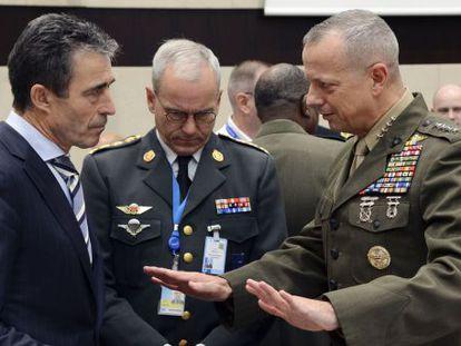 John Allen habla con el secretario general de la OTAN, Anders Fogh Rasmussen.