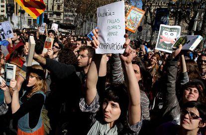 Grupos de estudiantes han aprovechado la 'mascletà' para airear su protesta.