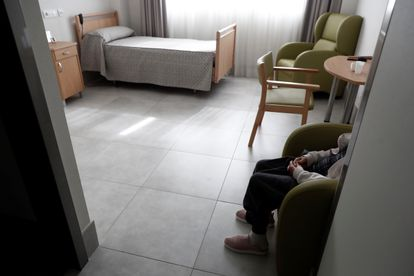 Una anciana en su habitación de una residencia de Madrid, el pasado abril.