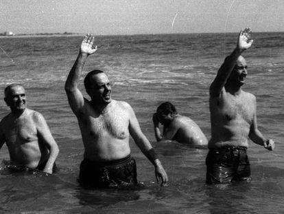 Manuel Fraga y el embajador de EE UU tras darse un baño en Palomares el 8 de marzo de 1966.