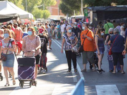 Compradores con mascarillas men el mercadillo de la localidad madrileña de Fuenlabrada.