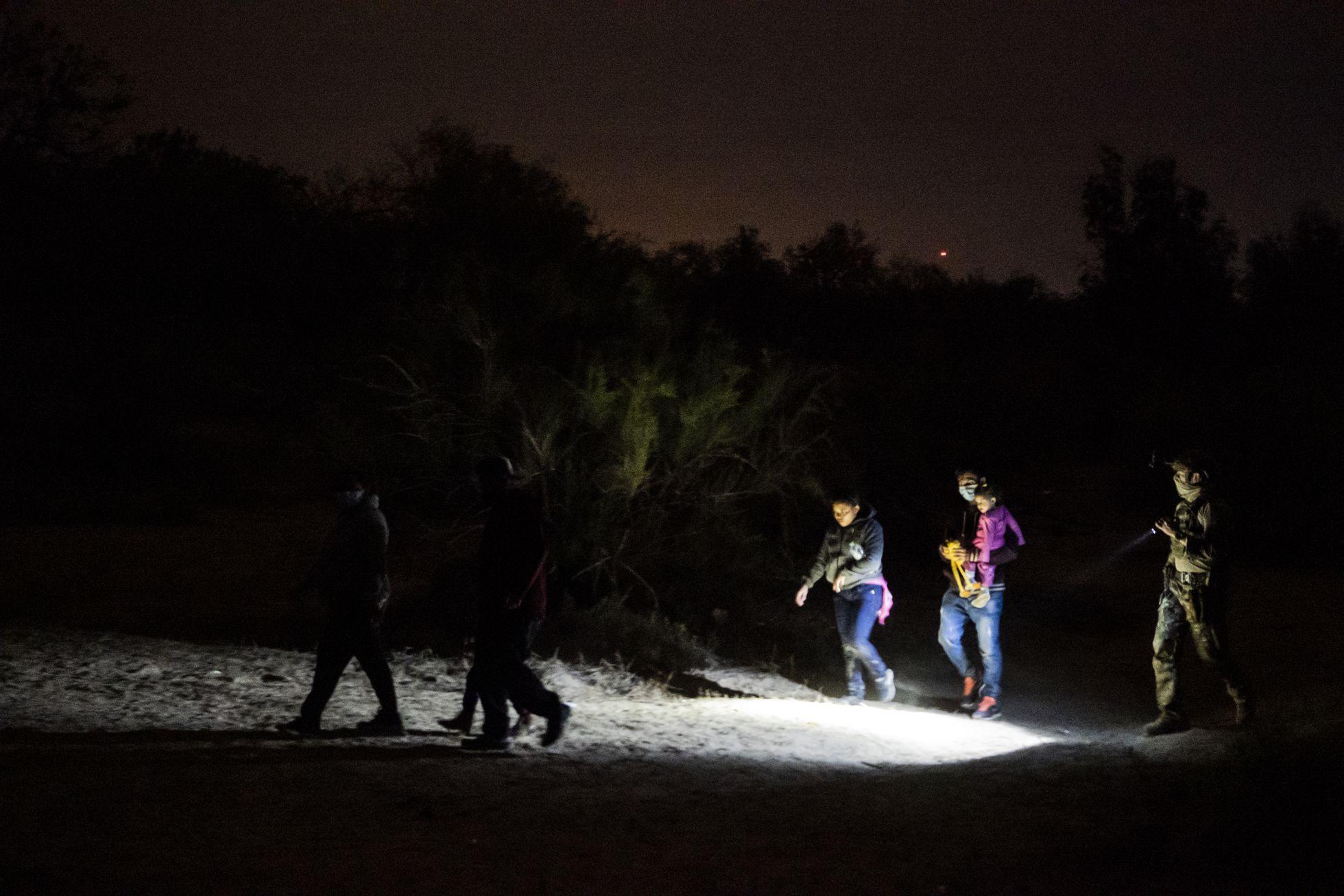 Familias migrantes arriban a la comunidad Roma, Texas, Estados Unidos en marzo de 2021.