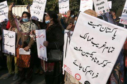 Varias mujeres protestan para exigir una distribución justa de las vacunas a los países en desarrollo durante una protesta en Lahore, Pakistán, el 29 de enero de 2021.