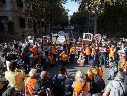 Concentración de periodistas frente a la Delegación de Gobierno en Barcelona en protesta contra el juicio al fotógrafo Albert Garcia.