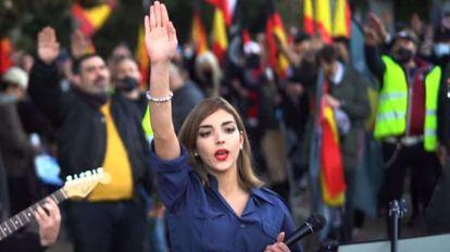 Isabel Peralta, del grupo de ultraderecha Bastión Frontal,  en una imagen del vídeo grabado en el acto de homenaje a la División Azul en el cementerio de la Almudena de Madrid el pasado 13 de febrero.