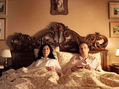 Roberto Benigni y Monica Nappo, pensando cada uno en sus cosas en 'A Roma con amor' (2012), de Woody Allen.