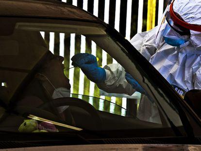 Un trabajador sanitario toma una muestra nasofaríngea para realizar una prueba de coronavirus en Nápoles, Italia.