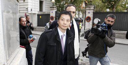 Gao Ping acude a firmar a la Audiencia Nacional tras su liberación.