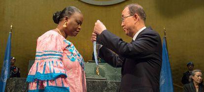 El exsecretario general de la ONU, Ban Ki-moon, condecora con la medalla Mbaye Diagne a Yacine Diop, la viuda del capitán Diagne.