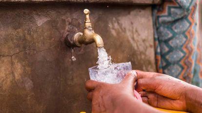Ocho de cada diez personas que no tienen acceso a agua potable viven en áreas rurales y casi la mitad de ellas viven en el África subsahariana.