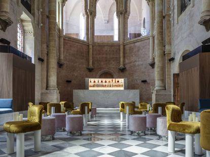 La capilla de The Jaffa tiene mármol travertino en damero en el suelo y sillas de Cini Boeri.