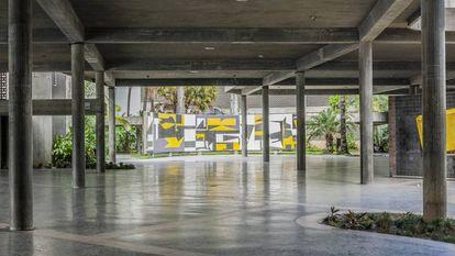 La plaza cubierta de la ciudad universitaria es una síntesis de la arquitectura moderna y de elementos propios de las construcciones coloniales, como la generación de sombras y ventilación.  