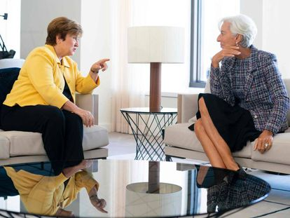 La nueva directora gerente del FMI, Kristalina Georgieva, junto a su antecesora Christine Lagarde