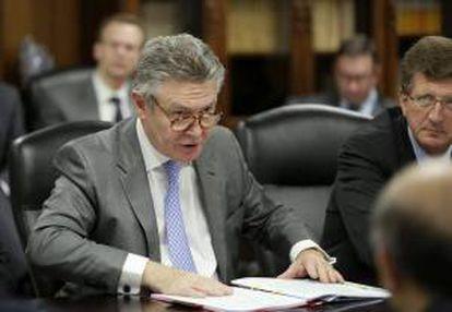 El comisario europeo de Comercio, Karel De Gucht (i) durante una reunión en Tokio (Japón). EFE/Archivo