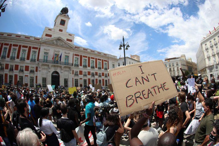 """Un cartel en la manifestación antirracista celebrada este domingo en la Puerta del Sol, en Madrid, muestra el lema """"I can't breathe"""" (No puedo respirar), las últimas palabras de George Floyd."""