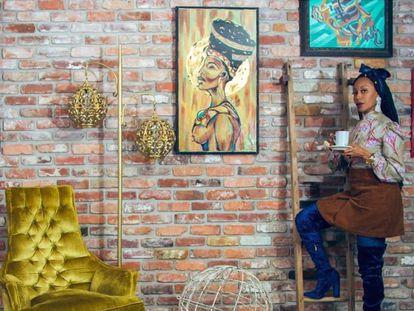 Keia McSwain, presidenta del Black Interior Designers Network (BIDN), en uno de los interiores diseñados por su estudio, Kimberly & Cameron. |
