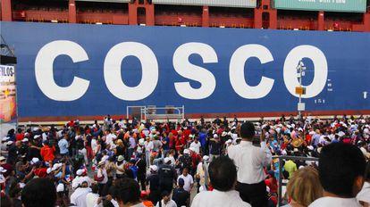 Un buque de Cosco Shipping con el nombre de la empresa china.