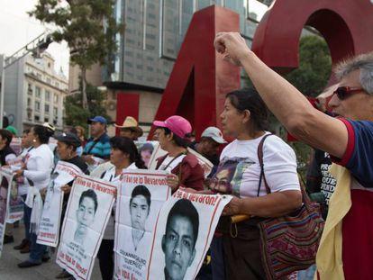 Familiares y compañeros de los 43 normalistas de Ayoztinapa protestan en Ciudad de México.