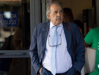 Enrique Álvarez Conde, principal implicado en la trama, a la salida de los juzgados / En vídeo, la URJC denuncia el borrado de 5.400 'e-mails' de la cuenta del instituto que organizó los másteres (ATLAS)
